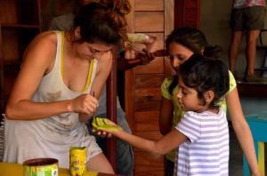 Painting KM18 school - Quetzaltrekkers Nicaragua