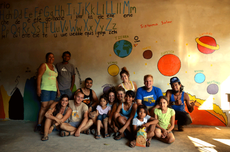 Painting KM18 school - Quetzaltrekkers Nicaragua - volunteers